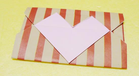 柄入り折り紙と2枚でつくったハートの封筒